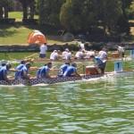 """Si è concluso domenica 31 luglio a Roma, il 12° Campionato Europeo per Nazioni di Dragon Boat, dopo un'intensa ed emozionante settimana di prove, gare e cerimonie: un evento straordinario che ha visto sfidarsi 2000 atleti di 17 Nazioni europee, con il team italiano, forte di 280 atleti, che è risultata la squadra più numerosa di sempre.  La competizione ha avuto inizio giovedì con le gare di fondo sui 1.500 mt nello spettacolare bacino del Laghetto dell'EUR, proseguendo venerdi con le gare della specialità del misto (barca con a bordo uomini e donne insieme) e sabato con i 200 mt open e femminili per concludersi domenica con le gare dei 500 mt. Alla fine della competizione europea l'Italia è in testa nel medagliere per numero di medaglie conquistate:19 ori, 15 argenti e 7 bronzi. Un successo straordinario che è andato oltre ogni aspettativa secondo un crescendo iniziato fin dalle prime gare, successo che ha visto primeggiare le barche italiane in tutte le categorie dagli junior ai senior.   Questo risultato rappresenta in generale una crescita complessiva del movimento suffragata però da risultati tecnici di grande livello. Tra le altre, le note più positive sono venute proprio dagli junior, dal settore femminile e dai senior A B e C, in particolare i nostri senior C hanno battuto i campioni del mondo in carica su tutte le distanze di gara.  Ucraina e Italia le nazioni che hanno conquistato più medaglie. Quest'anno, in particolare, si è distinta la grinta della Nazionale Italiana, composta da atleti di 15 differenti club, da Catania a Venezia, da Firenze a Sabaudia il meglio del Dragon Boat nazionale, di cui 10 laziali, tra cui il Club Indiana di Roma, campione italiano in carica, 70 azzurri delle 5 società della provincia romana, unite ai Giovani Cinesi di seconda generazione. A tal proposito afferma il CT Antonio De Lucia: """"Non c'è dubbio: ora siamo tra le nazioni europee più forti. Il settore tecnico da me diretto si è avvalso di tecnici di societari che hanno la"""