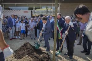 Piantumazione Quercia con Assessre Regione Veneto Corazzari Sindaco Bortolato e Cesare Bovolato 1