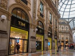 Galleria Vittorio Emanuele II. Armani vince l'asta per il negozio TIM
