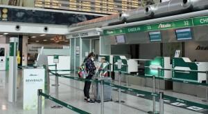 Passeggeri al check in del''Alitalia